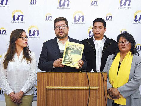 La Paz. El líder de UN, Samuel Doria Medina, presentó ayer la investigación sobre la crisis económica.