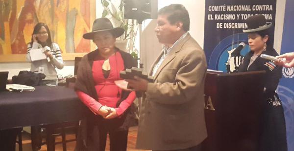 Marianela Paco fue condecorada por el viceministerio de Descolonización por su lucha contra el racismo y toda forma de discriminación