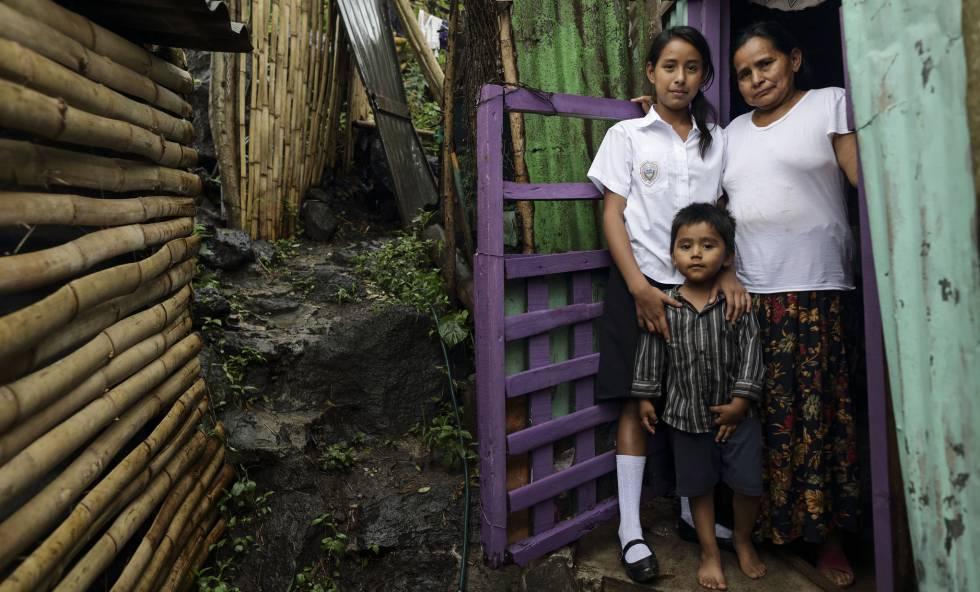 Carolina Silva Gómez, su madre Jesús y su sobrino Efraín viven en La Libertad, El Salvador