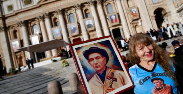 Miles de personas asistieron a la ceremonia de canonización que se realizó en la plaza de San Pedro en el Vaticano