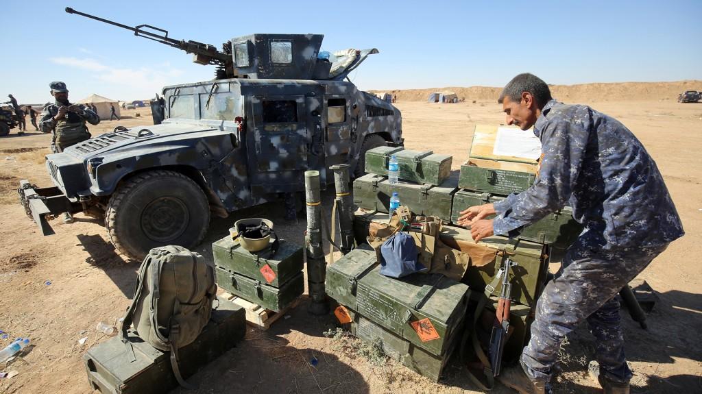 Un soldado iraquí prepara la artillería (AFP)