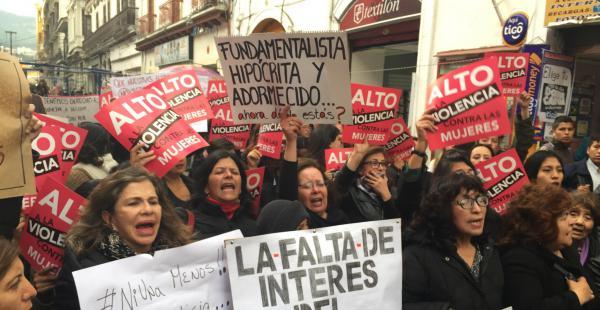 Ayer decenas de mujeres salieron a protestar contra la violencia y exigieron la atención de las autoridades.