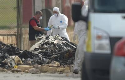 Forenses trabajan en el lugar donde se estrelló una avioneta en Malta. / AFP
