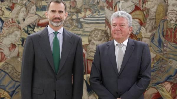 El rey Felipe VI posa para los medios junto al diputado de Nueva Canarias (NC), Pedro Quevedo (d), en el inicio de una nueva ronda de consultas para buscar candidato a la investidura en España./ EFE