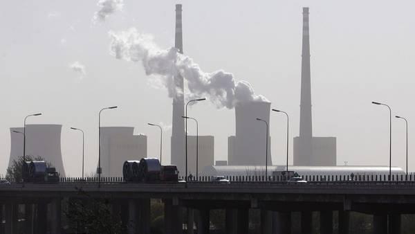 Una planta de energía en Beijing (China) emite una nube de vapor. El aire nunca fue tan contaminado por el dióxido de carbono como en 2015 (AFP).