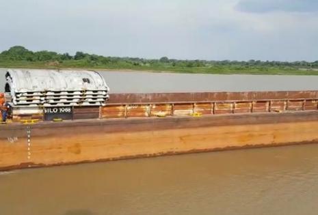 En esta barcaza se transportó las primeras mil toneladas de hierro a Paraguay