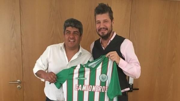 Tinelli y Pablo Moyano, juntos con la camiseta de Camioneros.