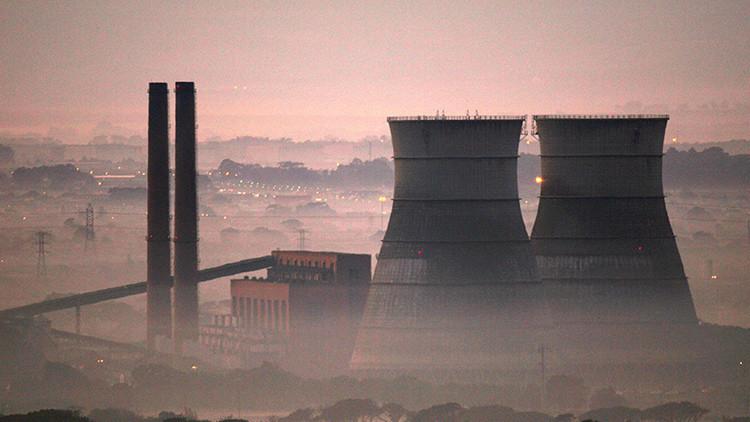 Vista de las torres de enfriamiento de una planta energética en Ciudad del cabo, Sudáfrica.