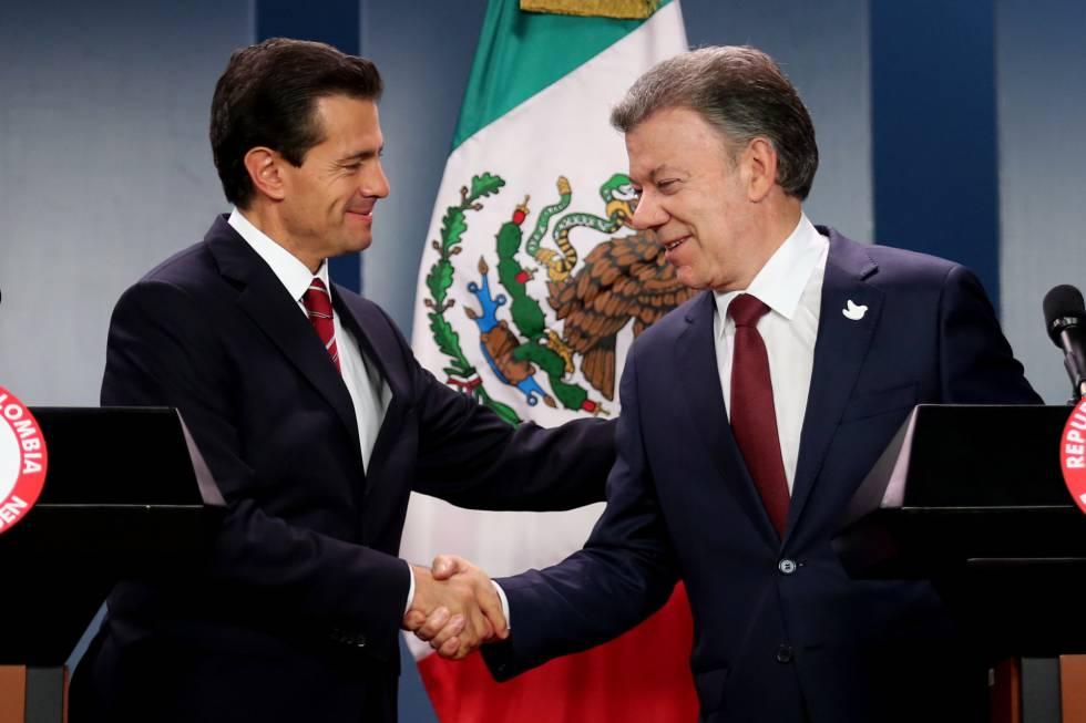 El presidente de Colombia, Juan Manuel Santos (dcha.), saluda a su homólogo mexicano, Enrique Peña Nieto.
