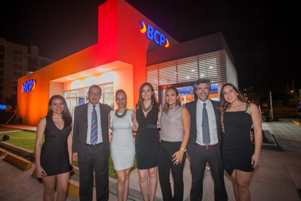 Equipo BCP posa para la inauguración de la nueva agencia (2)