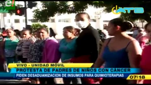Padres de niños con cáncer protestan contra la Aduana