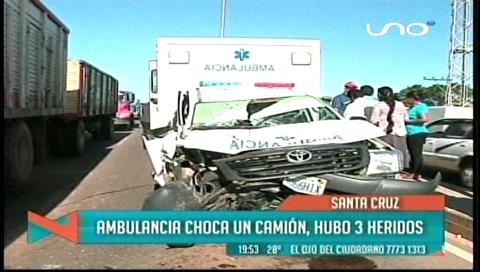 Tres personas resultaron heridas debido a choque entre ambulancia y camión