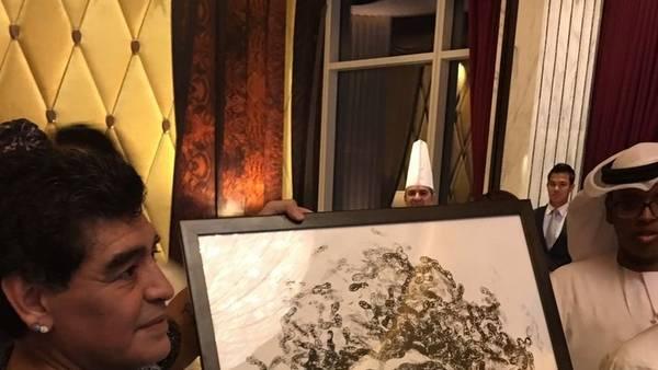Regalo.Diego Maradona recibió un retrato de cuando jugaba en la Selección.