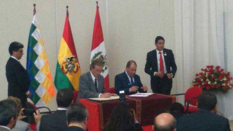 Momento de la firma de acuerdos entre autoridades de Perú y Bolivia