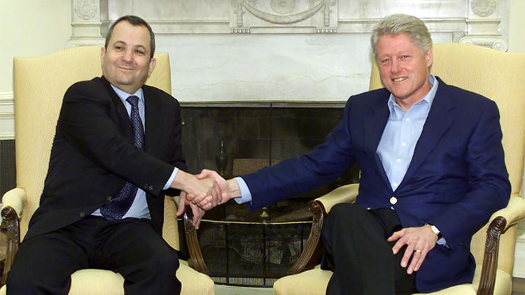 El presidente EE.UU., Bill Clinton,  aprieta la mano  del primer ministro de Israel, Ehud Barak, en la Oficina Oval de la Casa Blanca en Washington, capital de EE.UU., 12 de noviembre de 2000.