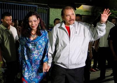 Daniel Ortega y su mujer Rosario Murillo, electos presidente y vide de Nicargua. / Reuters