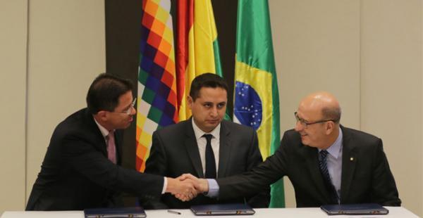 Autoridades de Bolivia y Brasil durante la firma de cuatro acuerdos energéticos en la ciudad de Santa Cruz