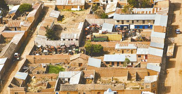 un botín muy valioso los patios de algunas de las casas ocultan maquinaria internada  El sobrevuelo sobre Sabaya descubrió tractores y volquetes en los patios