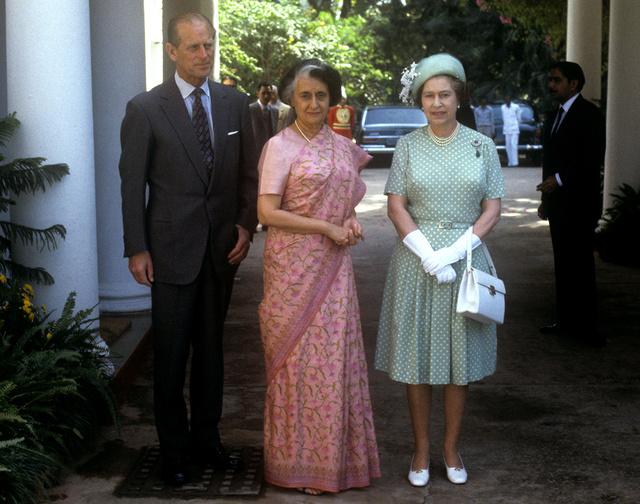Indira Gandhi junto a la reina Isabel II y el duque de Edimburgo en una visita de estos a la India en noviembre de 1983.