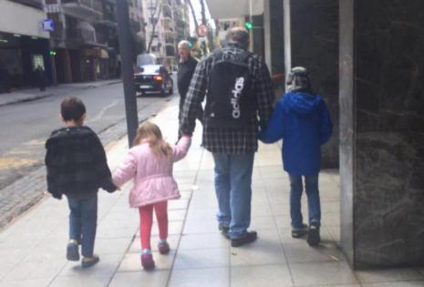 Carlos Valverde y sus nietos
