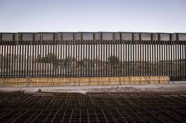Fragmento de un muro de acero construido en la localidad de Sunland Park, en Nuevo México. (Efe)