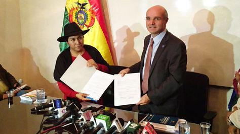 Paco y Ramírez tras la firma del documento