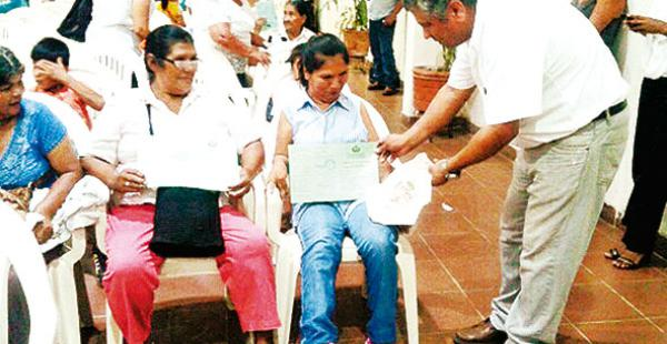 Rocío, que aprendió a escribir y a tejer con el pie, recibe su libreta