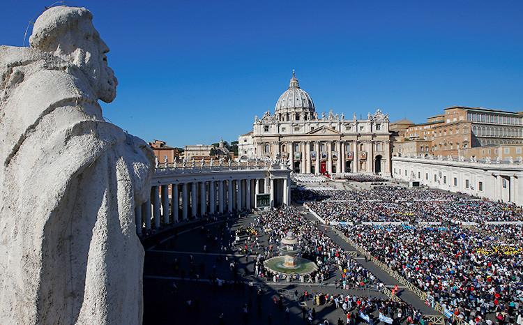 El papa Francisco celebra una misa de canonización en la Plaza de San Pedro en el Vaticano, el 16 de octubre de 2016.