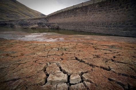 La tierra de la represa de Hampaturi esta totalmente seca. Foto: La Razón