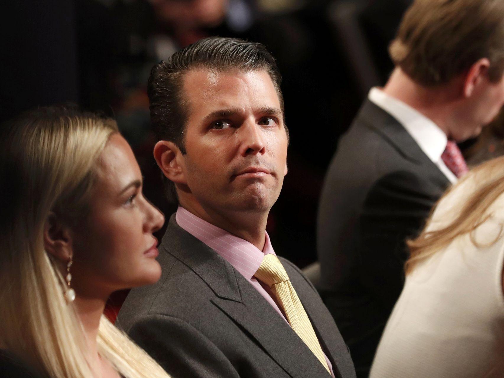 Donald Trump Jr. A su izquierda, su hermano Eric Trump.