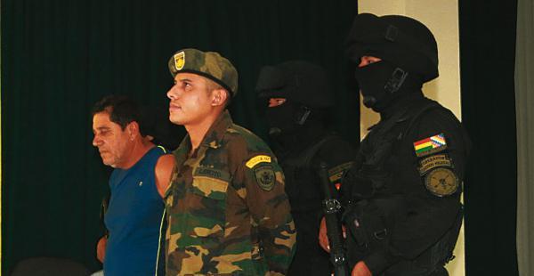 Gary Ichaso Jungerman fue presentado con el uniforme que uso durante el atraco a la joyería Imperio