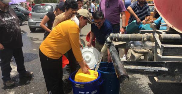 La población debe salir al encuentro de las cisternas que distribuyen el agua en La Paz