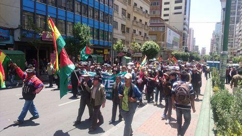 Vecinos de La Paz y El Alto marchas en demanda de soluciones para la crisis del agua. Foto: Aline Quispe