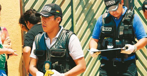 Agentes de la Felcc de la Pampa de la Isla llevan adelante las pesquisas del asesinato violento registrado en casa de las víctimas