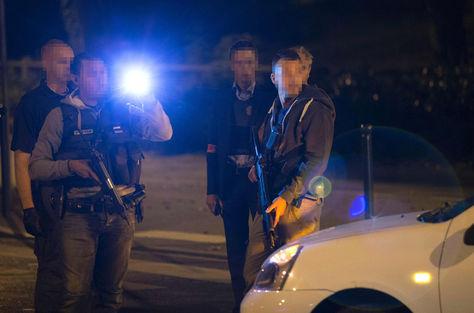 Policías investigan en el lugar donde probablemente se planeaba el atentado en París. Foto: AFP