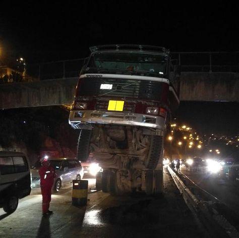 El camión incrustado en la pasarela. Foto: Beatriz Cahuasa