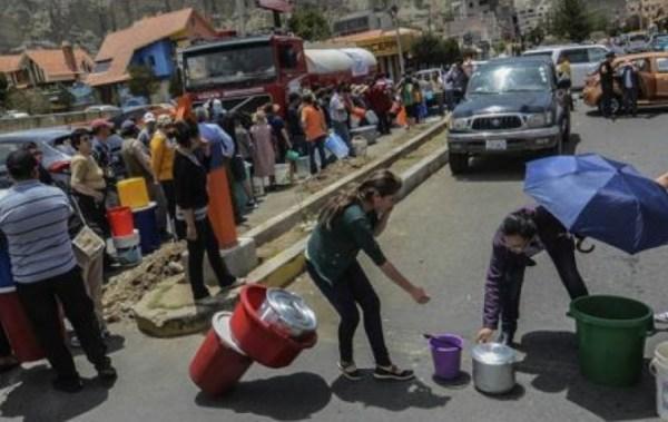Carros cisterna que distribuyen agua a edificios de la zona Sur cobran entre Bs 800 y 1.500