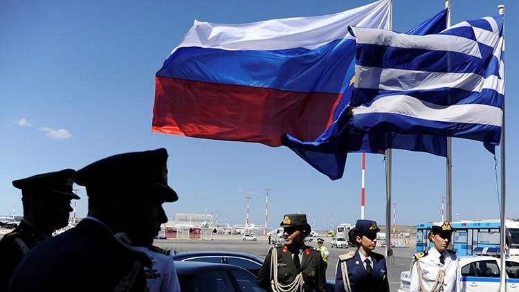 Policías y oficiales del Ejército griego esperan la llegada del presidente ruso, Vladímir Putin, al aeropuerto de Atenas, el 27 de mayo de 2016