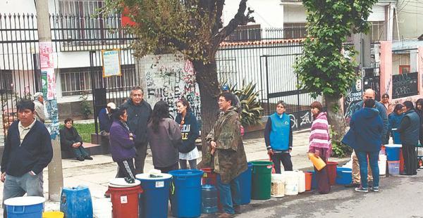 avenida busch en miraflores es uno de los barrios afectados por la escasez de agua potable El diputado Gonzalo Barrientos (UD) hizo fila junto a un grupo de vecinos para recibir agua