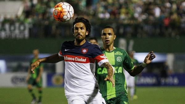 Angeleri y Tiaguinho buscan la pelota en la semifinal. (Foto: EFE)