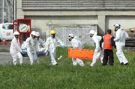 Autoridades transportan los cuerpos del avión accidentado de Lamia en el hangar de la Gobernación de Antioquia en Medellín