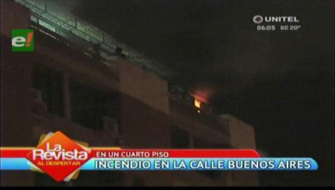 Santa Cruz: Bomberos logran controlar incendio en el cuarto piso de un edificio