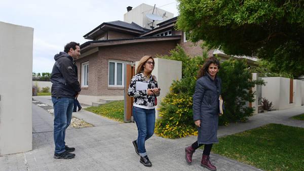 Las arquitectas saliendo de la casa de Cristina Kirchner. Foto Opi Santa Cruz.