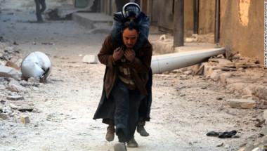 Un hombre ayuda a evacuar a una víctima de los ataques aéreos en al-Shear, Aleppo, este lunes.