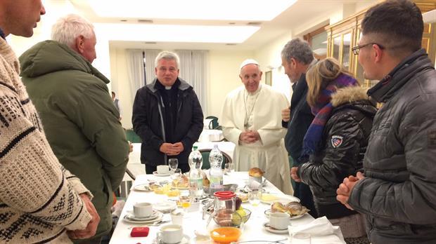 El Papa comenzó a celebrar hoy su 80 cumpleaños con un desayuno con ocho sin techo, dos mujeres y seis hombres