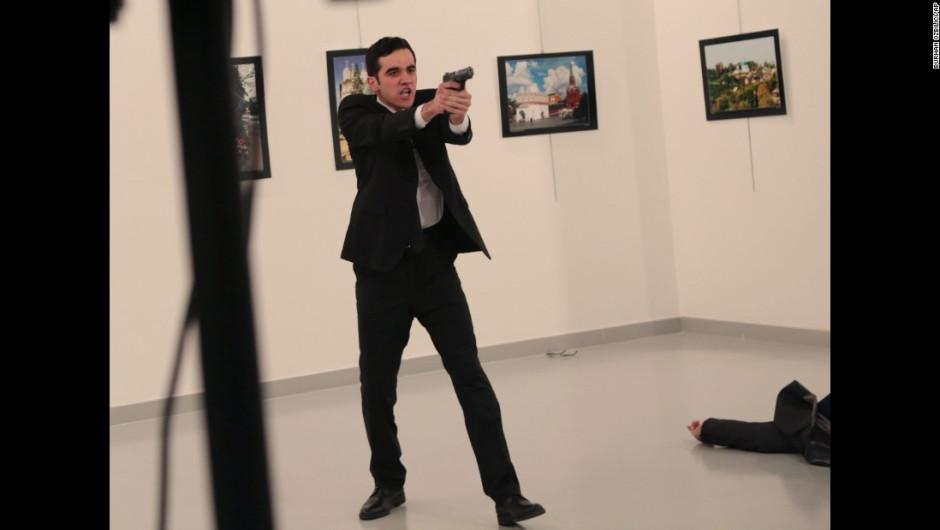 El hombre apunta con el arma, después de disparate a Karlov. El asesinato ocurrió en el centro de artes modernas Cagdas Sanat Merkezi, en Ankara. El ministro del Interior de Turquía, Suleyman Soylu, aseguró que el atacante era Mevlut Mert Altintas, un policía que no estaba en servicio.