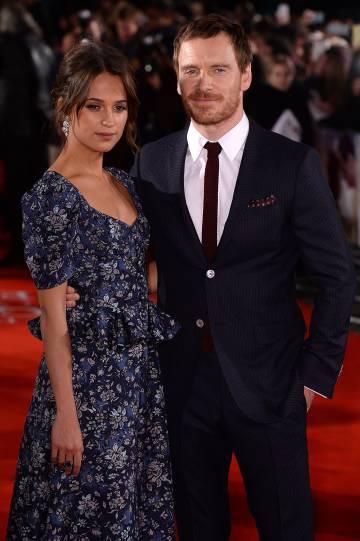 Michael Fassbender junto a su novia, la actriz Alicia Vikander, durante la presentación de