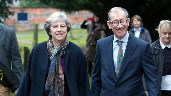 La premier británica, Theresa May, y su esposo Philip, ayer, a la salida de la misa navideña en la iglesia de San Andrés en Sonning, Inglaterra. AP