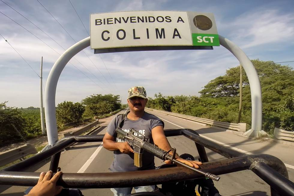 Un grupo de autodefensas saliendo de la capital de Colima