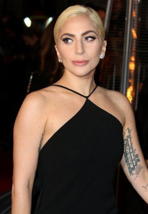 """En una entrevista con 'CBS Sunday Morning', Lady Gaga expuso sus sentimientos sobre su nuevo álbum, 'Joanne', así como sobre algunos problemas que ha tenido con la fama. """"Tan pronto como me sumergí en este mundo, empecé a pertenecer, de alguna forma, a todo el mundo"""", dijo la cantante. """"Es legal seguirme, es legal acecharme en la playa, y no puedo pedir a la policía o a ellos que me dejen. Así estuve reflexionando sobre esa fina línea que divide mi privacidad de mi vida pública, y dije:"""